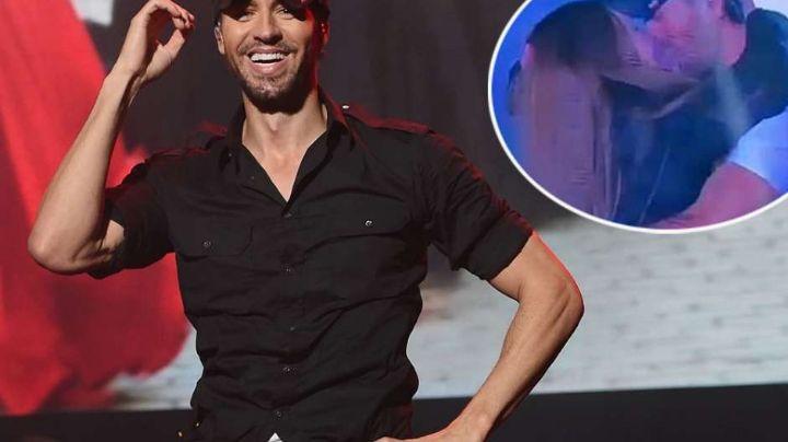 Enrique Iglesias besa apasionadamente a una mujer y no es Anna Kournikova