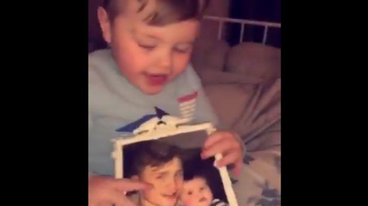 Bebé mira la foto de su papá muerto y sucede algo espeluznante. VIDEO