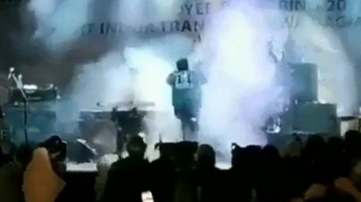 Impactante video: Tsunami arrastra con un concierto en Indonesia