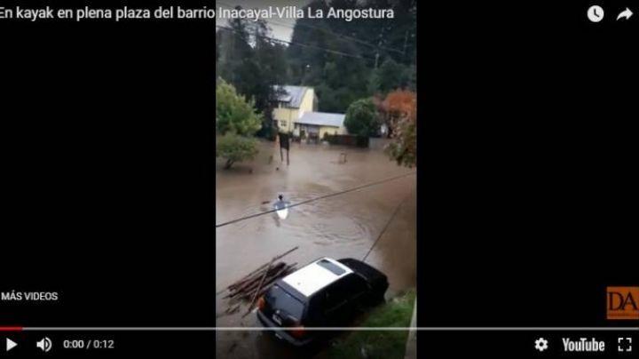Villa La Angostura inundada: Vecinos se mueven en kayak. VIDEO