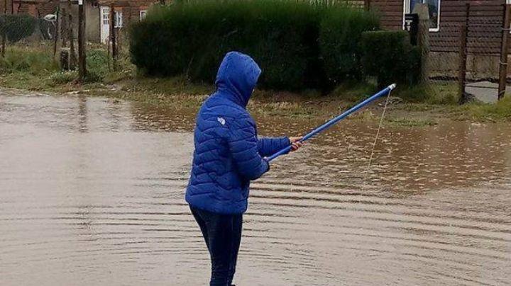 Bariloche: Se pusieron a pescar en plena inundación. VIDEO