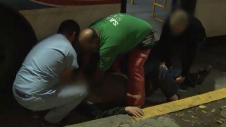 Abuelo casi muere al caer del colectivo y ser arrastrado por el asfalto