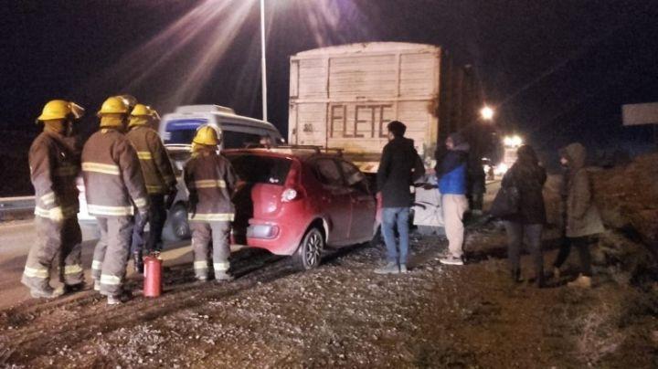Un Palio se metió debajo de un camión: Hay heridos. VIDEO