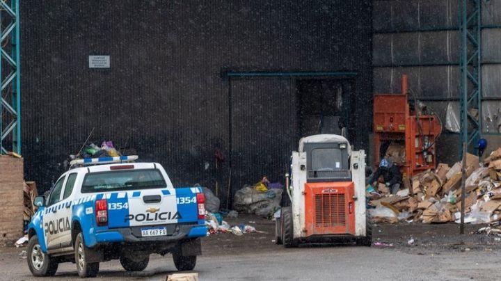 Lucha por su vida tras caer a un pozo de una planta de basura