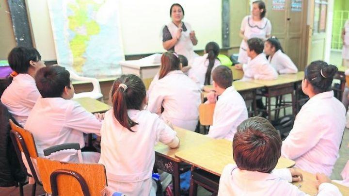 Maestra enseña a escribir a sus alumnos con un disparatado ejercicio. Mirá