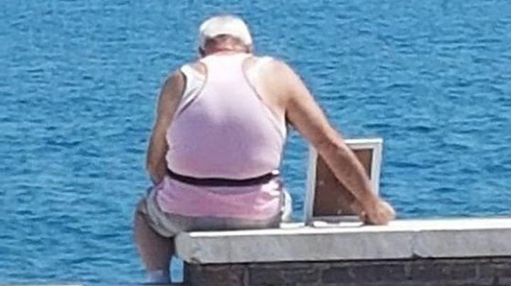 El anciano que lleva una foto frente al mar todos los días: La historia