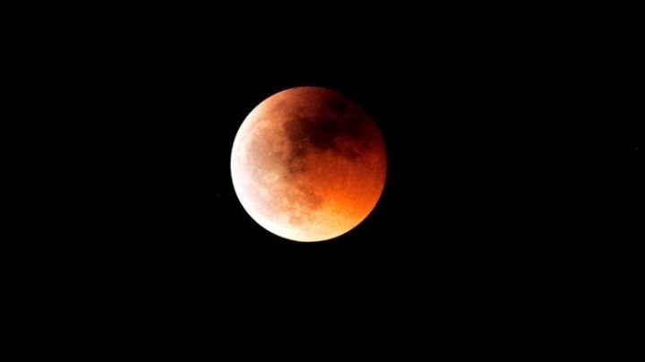 Quiso sacarle una foto al eclipse y registro algo estremecedor. Mirá