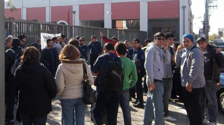 ¡Imposible pasar! Trabajadores de Kimberly Clark cortan el Puente Pueyrredón