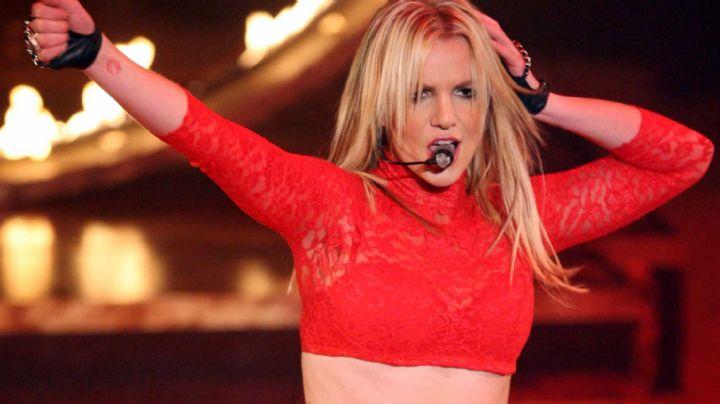 ¡Apa! Britney Spears en una diminuta bikini se enrieda en las piernas de su novio