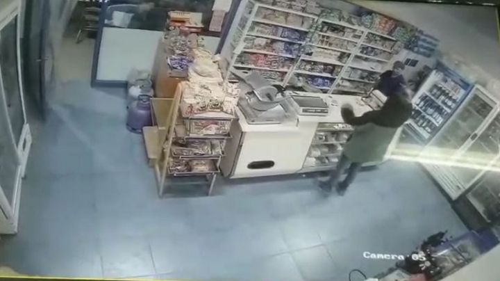 """In fraganti"": Ladrones escrachados en pleno robo en Centenario. VIDEO"