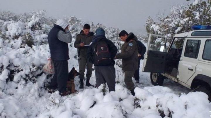 Un hombre que estaba varado junto a su hijo en la nieve fueron rescatados