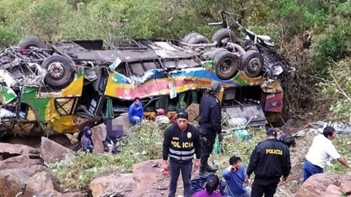 Perú: 23 muertos y 30 heridos tras caer un colectivo por un barranco