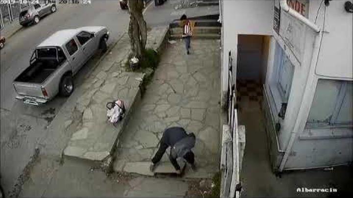 """""""Indignación en Bariloche"""": Dejaron al bebé en la vereda, por este robo...Mirá"""
