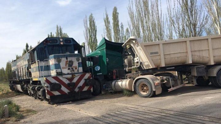 Accidente en Cipolletti: Fuerte choque entre el tren de carga y un camión. VIDEO