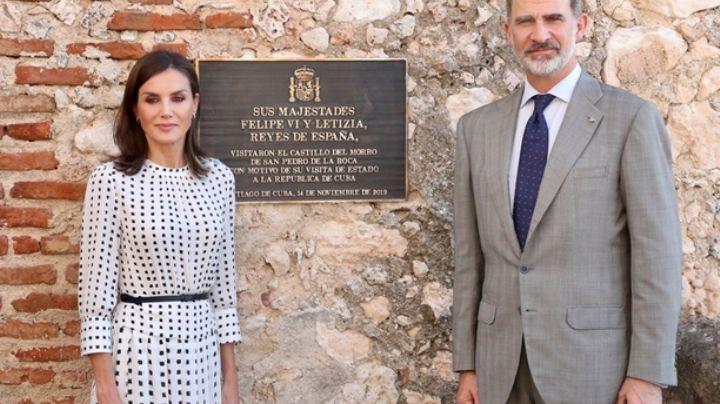 """""""¡Infalible truco de estilo!"""": La reina Letizia y un fantástico vestido de """"falsos lunares"""" en Cuba"""