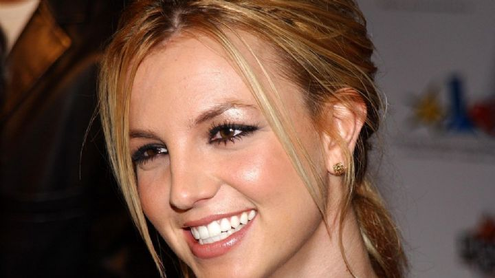 ¡Se van por el escote! Britney Spears se puso a jugar con dos y no dio abasto