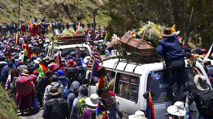 Reprimen una marcha en Bolivia que llevaba los féretros de las víctimas de la represión