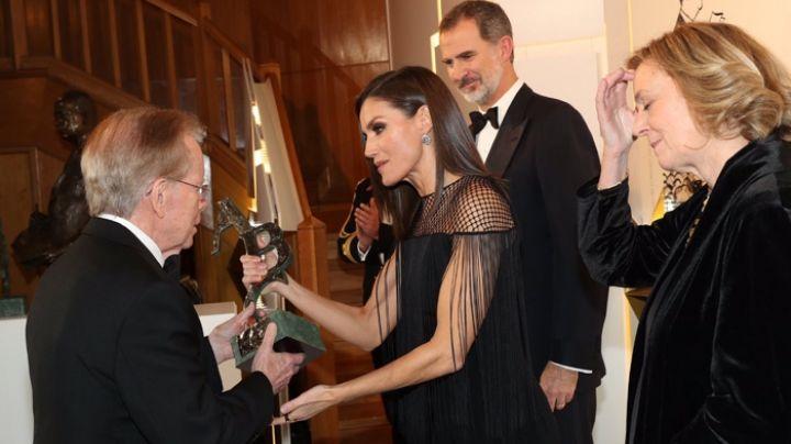¡Se superó a ella misma! La reina Letizia deslumbró con este vestido con flecos y escote rejilla