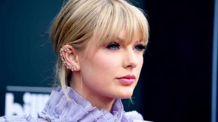 ¿Cirugía? Taylor Swift luce nuevo y abultada posadera sobre el sofá ¡mira ese mini!