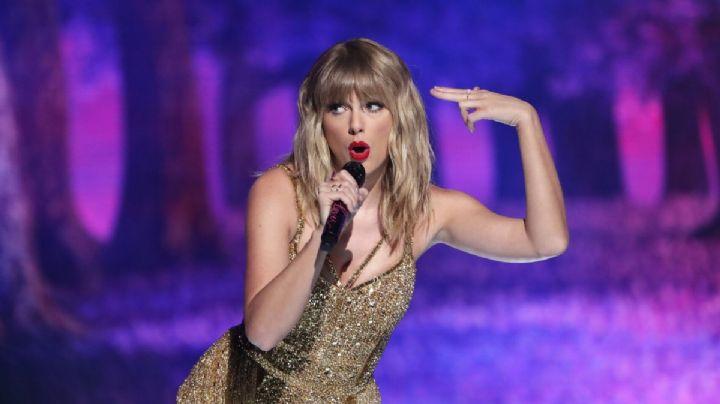 "¡Se operó! Taylor Swift acostadita en el sofá y... ¡Enseña la ""voluptuosa"" retaguardia!"