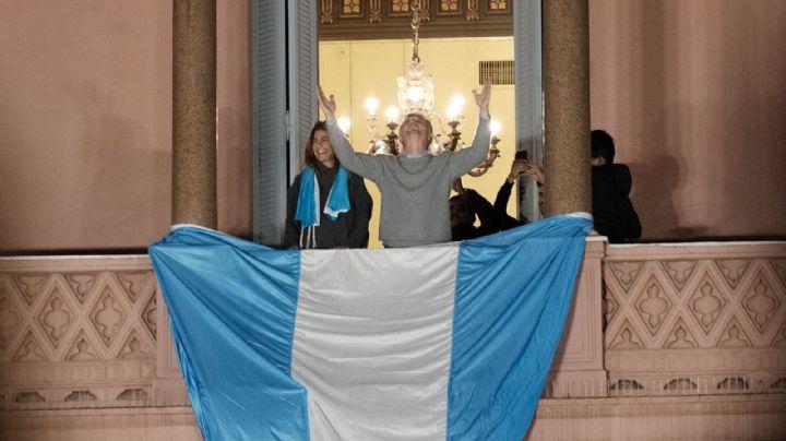 ¿Por qué Macri colgó una inmensa bandera en la Rosada antes de irse?
