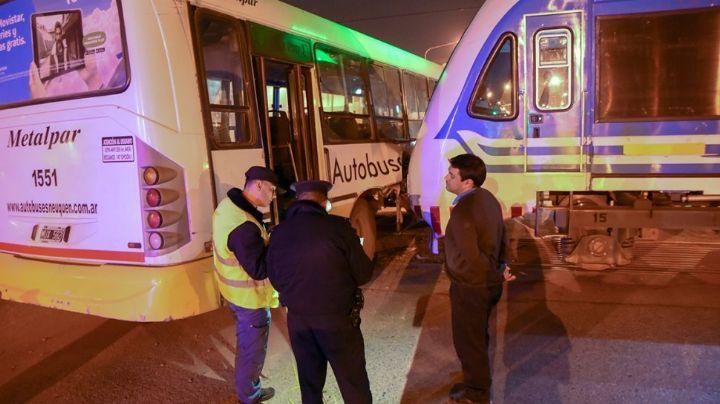 Fuerte choque entre el Tren del Valle y un colectivo: Varios heridos