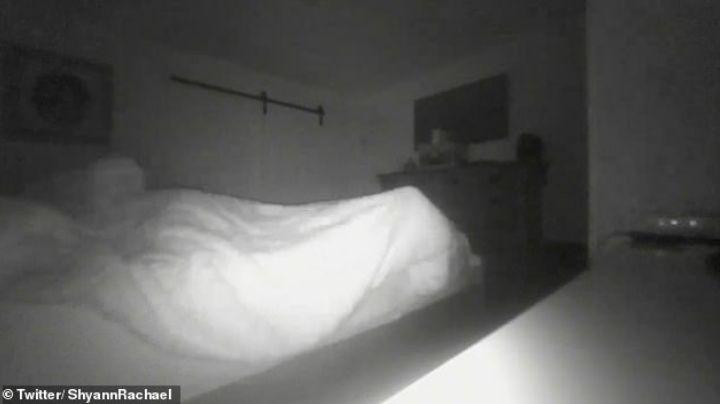 Las sábanas de su cama se movían y algo espeluznante sucedió. VIDEO