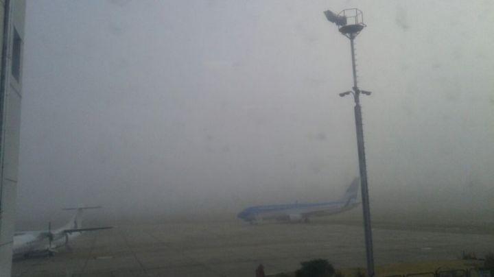 Una capa de niebla densa complica vuelos y tránsito