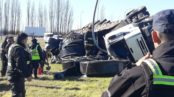 """""""Salió despedido por el parabrisas""""…Tras el vuelco de un camión en la Ruta 22"""