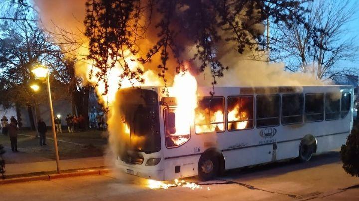 Un colectivo se prendió fuego en el centro de Neuquén