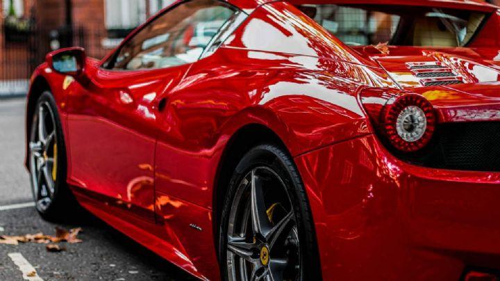 Sin nada de ropa en una Ferrari: la bomba sensual que escandalizó las redes. VIDEO