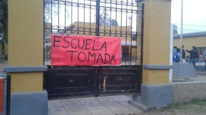 """""""La directora tiene un sumario"""": Alumnos toman una escuela de Neuquén por abuso de autoridad"""