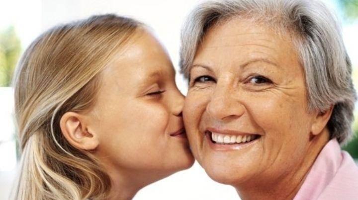 Una nieta le enseña a usar el celular a su abuela en Estados Unidos y conmueve al mundo