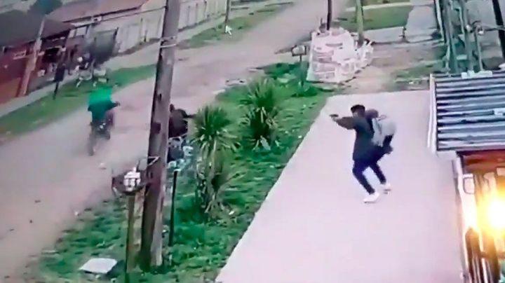 """""""A los tiros"""": Así se defendió un policía de un brutal robo en Merlo. Video"""