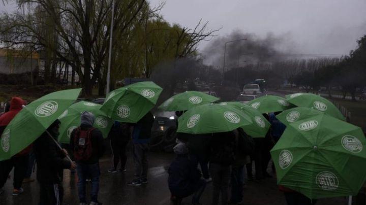 """""""Piquete pleno"""": ATE Río Negro corta los puentes carreteros"""