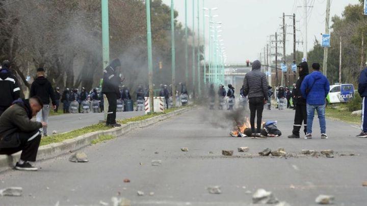 """""""Batalla campal """": Terribles incidentes en Ensenada, entre UOCRA y la policía. VIDEO"""
