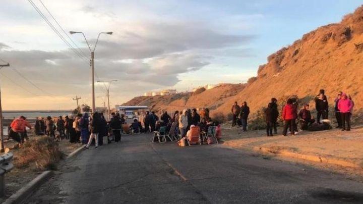 ¡Los camiones no pasan!: El insólito piquete de docentes en Comodoro Rivadavia