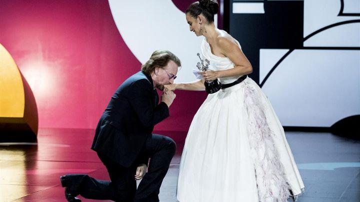 ¿Se casan? El cantante de U2 se arrodilla ante Penélope Cruz