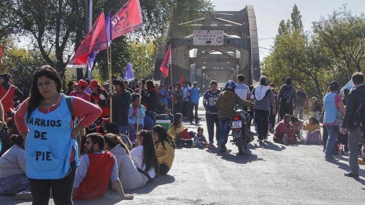 """""""Piquete total"""": Corte de organizaciones sociales en los puentes Neuquén-Cipolletti"""