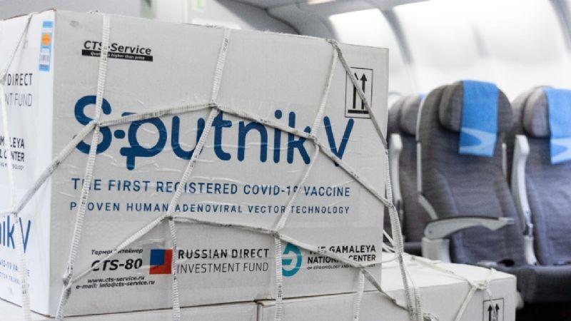 Nuevo vuelo a Rusia: traerá el principio activo para comenzar la producción nacional de la Sputnik V